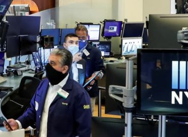 US markets slip into the red in late trade